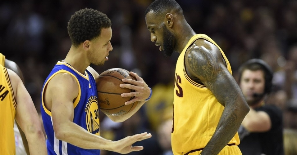 stephen-curry-esq-do-golden-state-warriors-e-lebron-james-do-cleveland-cavaliers-conversam-durante-jogo-3-das-finais-da-nba-neste-terca-feira-9-1433903540325_956x500